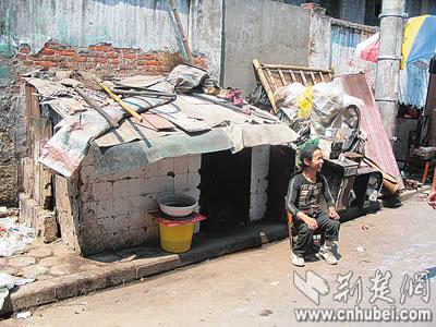 斯文流浪汉家住垃圾箱 每天扫马路收拾垃圾(图)