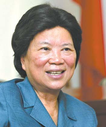朱森林和张帼英等同志接受记者采访,回顾广东省人大常委会20多年来的