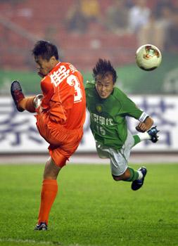 图文:北京主场1-1平山东 陶伟(右)头球攻门
