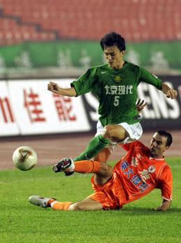 图文:北京1-1战平山东 郝伟(绿)与对方拼抢