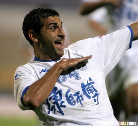 图文:天津主场2-0胜辽宁 新外援加力庆祝进球