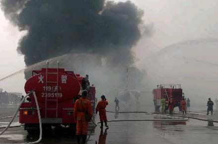 消防车向飞机喷洒灭火液体