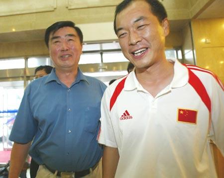 图文:U17国少载誉归来 阎世铎和张宁在机场
