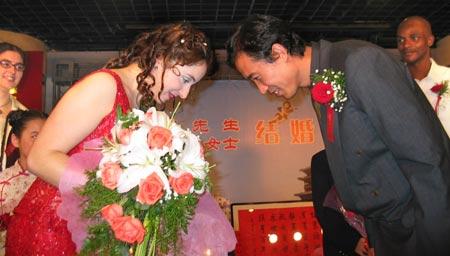 """图文:张延娶了""""洋媳妇""""  新人行夫妻对拜之礼"""