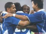 图文:国际3-1胜沈阳 国际队员拥抱庆祝进球