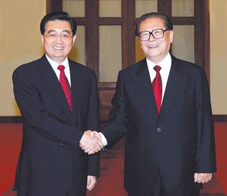 六届中央委员会第四次全体会议的同志.这是胡锦涛、江泽民亲切握手图片