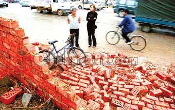 黄泥砌砖不承力 围墙倒塌砸伤一女 高清图片