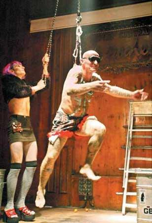 组图:令人毛骨悚然的艺术-以铁钩钩皮吊起自己