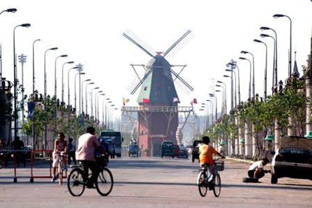 荷兰村中的欧式建筑大风车