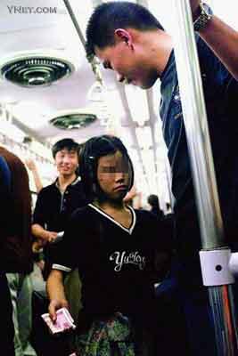 目击北京职业乞丐地铁换装 超市疯狂购物(组图)