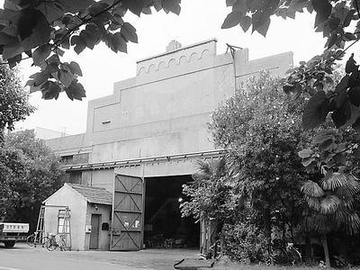 文/本报记者郑蔚   江南造船厂的历史遗迹已经寥寥无几了,这是真的吗?针对这一传言,记者昨天来到创建于1865年、已经穿越了近一个半世纪时光的江南造船厂,实地踏访这一中国近代工业的发源地。   从江南制造总局的第一个船坞,到中国第一架水上飞机诞生的飞机库;从民国年代的海军司令部,到原法国东方汇理银行大班的办公楼,世纪老厂遗迹犹在。江南造船集团将要乔迁长兴岛的规划,让工人师傅们对这些旧址的保存格外关注,希望能在旧址建成中国近代工业博物馆和爱国主义教育基地,以展现和延续申城的历史文脉。