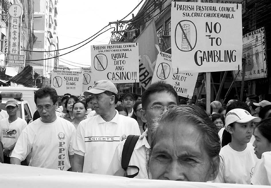 9月24日,居住在菲律宾首都马尼拉的华人在当地唐人街组织游行,抗议