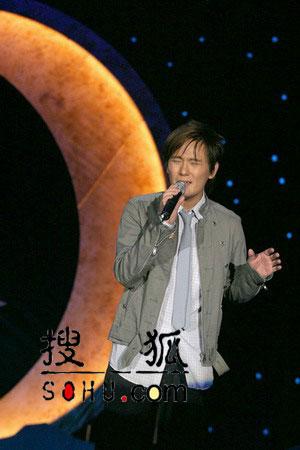"""组图:张信哲""""月光森林""""演唱会再现浪漫经典"""