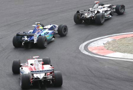 图文:F1大奖赛中国站 一弯超两人