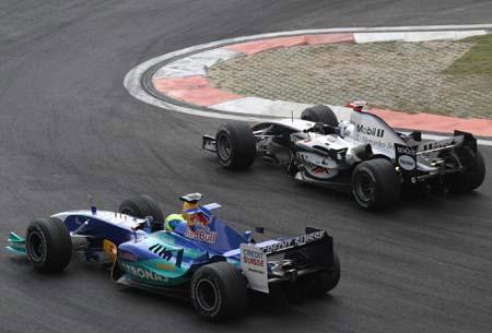 图文:F1大奖赛中国站 比比谁的刹车晚
