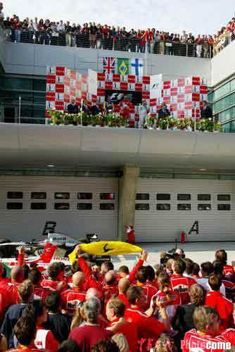 图文:F1大奖赛中国站 车迷祝贺巴里切罗夺冠