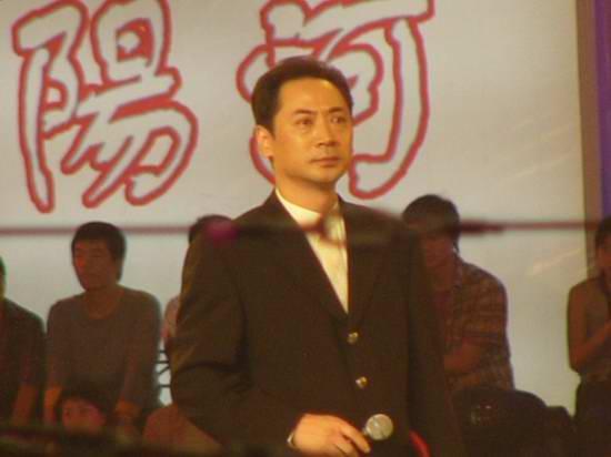 图文:金鹰电视艺术节 刘劲上台领奖-3