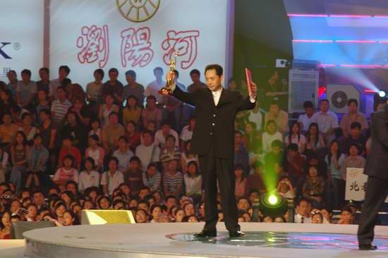 图文:金鹰电视艺术节 刘劲上台领奖-2