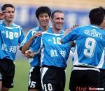 图文:实德5-1胜辽宁 扬科维奇与队友庆祝进球