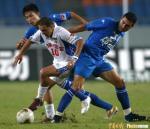 图文:重庆1-1战平天津 双方在中场挣抢