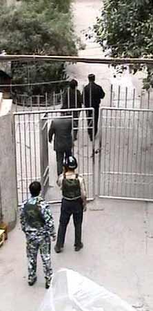 男子怀揣炸药包上门讨债被警方狙击手击毙(图)