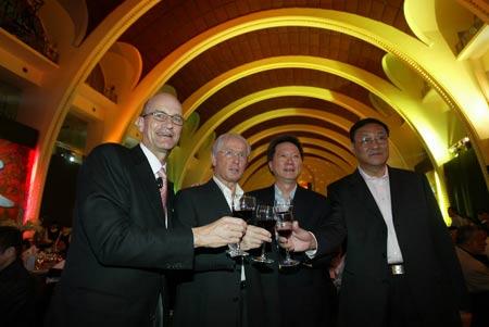 图文:中德高层举杯庆祝