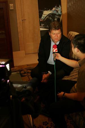 图文:豪格先生接受媒体采访