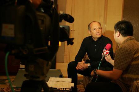 图文:车队经理丹尼斯接受媒体采访