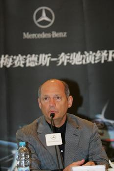 图文:车队经理丹尼斯回答记者提问