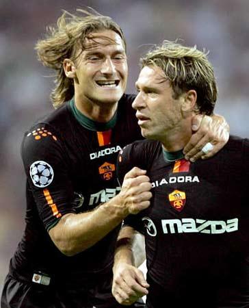 图文:皇马主场迎战罗马 托蒂为卡萨诺进球疯狂