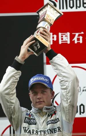 图文:F1大奖赛中国上海站 雷克南高举奖杯