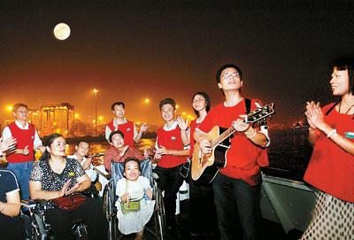 人们坐着赏月的简笔画
