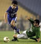 图文:北京2-0胜国际 郑涛在比赛中带球突破