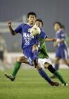 图文:北京现代2-0国际 詹可强与对方球员争抢
