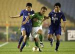图文:北京2-0胜国际 徐云龙在比赛中带球突破