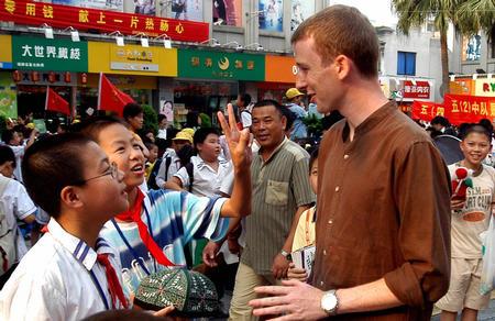 图文:温州小学生义卖献爱心(1)