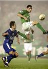 图文:北京2-0胜上海国际 耶利奇与对手争抢