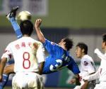 图文:青岛1-0胜沈阳 青岛队肯姆倒勾射门