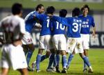 图文:青岛1-0胜沈阳 青岛队曲波与对手争抢