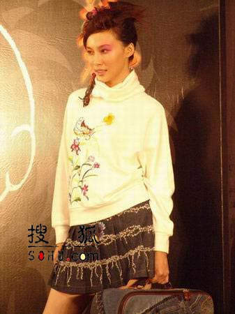女星:香港众图文穿低胸超短裙扮演侠女性感-1摩托车性感美女和图片