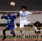 图文:上海国际胜天津康师傅 阿尤与卢彦争头球