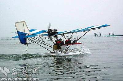 鄂州农民自费买飞机 轻型水上飞机现身梁子岛(图)