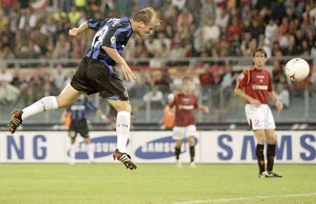 图文:罗马主场迎战国米 坎比亚索头球得分瞬间