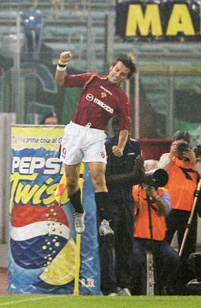 图文:罗马迎战国米 蒙特拉高高跃起庆祝进球