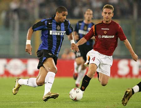 图文:罗马主场迎战国米 阿德里亚诺带球进攻