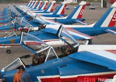 """巡逻兵""""飞行表演队的十三架飞机"""