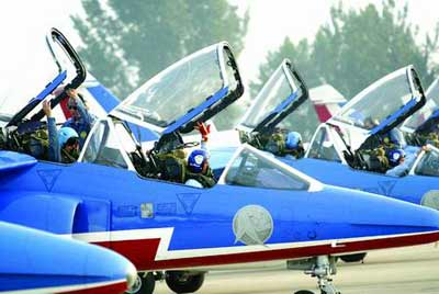 20分钟后,12架表演队飞机安全降落南苑机场.