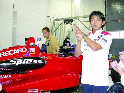 华裔车手董荷斌追梦F1 经纪人看好其锦绣前程