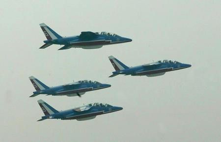 图文:喷气式战机组成菱形编队掠过南苑机场上空