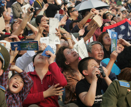 图文:观众欣赏飞行表演队的表演